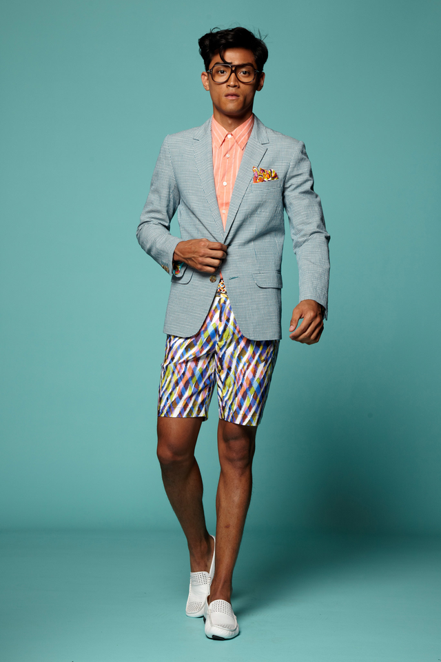Một cách kết hợp suit với quần short vô cùng phá cách. Đôi giày lười loafer màu trắng, thoáng mát rất hợp với thời tiết mùa Hè.