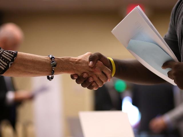 Một cái bắt tay đúng cách có thể mang lại cho bạn nhiều thiện chí từ người đối diện.