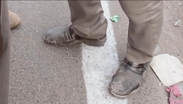 Đôi giày khâu vá chằng chịt