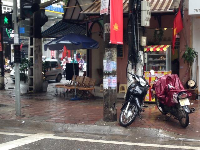 Cảnh vắng vẻ của những cửa hàng cà phê trên phố Bà Triệu.