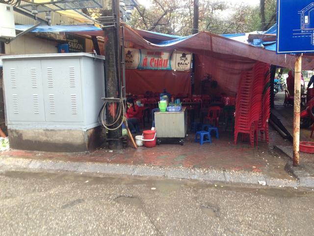Nhiều quán ăn cũng chịu cảnh ế ẩm tương tự. Một quán ăn trên đường Hồ Đắc Di.