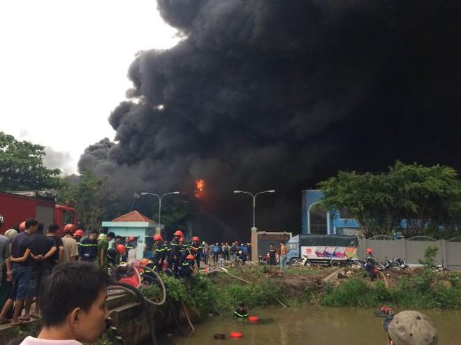 16g10, khói lửa đã bao trùm nhà xưởng ngay cổng vào cơ sở sản xuất nệm - Ảnh: Lê Phan
