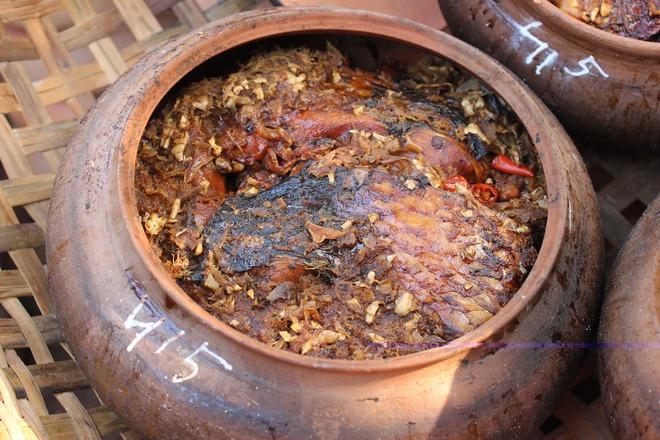Từ một món ăn bình dị, chỉ trong một thời gian ngắn, cá kho đã trở thành đặc sản và có giá lên tới 500.000-1 triệu đồng/niêu. Ảnh: M.Lan.