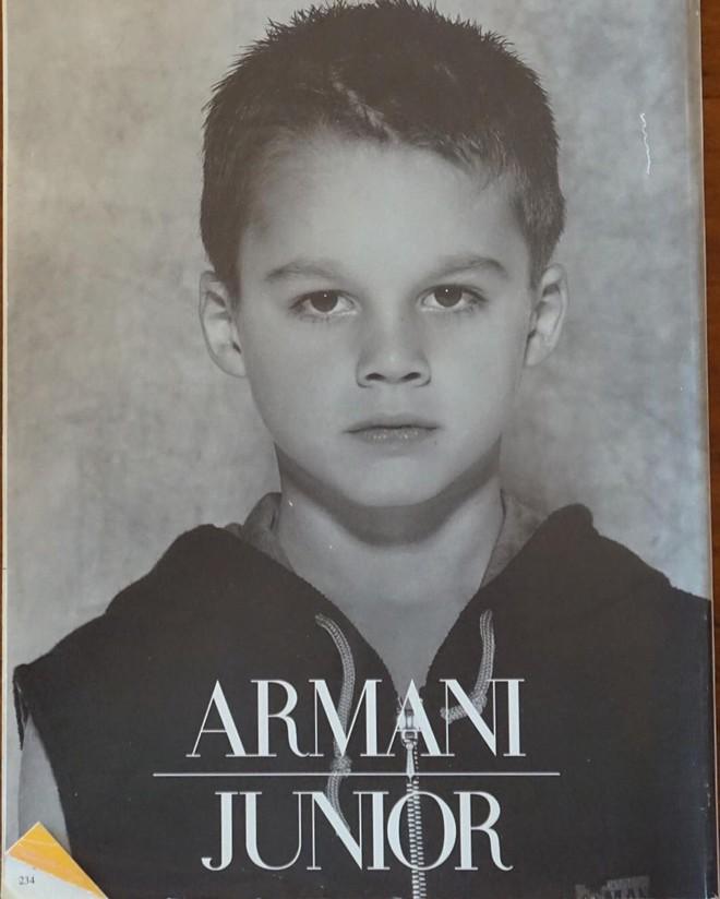 Mặc dù vậy, đây không phải lần đầu Boselli được Armani để mắt tới, vào năm 1995 chàng trai từng xuất hiện trên bìa tạp chí người mẫu nhí của Armani.