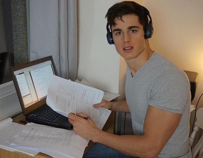 Anh chuyển tới London vào năm 2007 để học tại trường Đại học London, khoa mà chàng trai này theo học là kĩ sư cơ khí.
