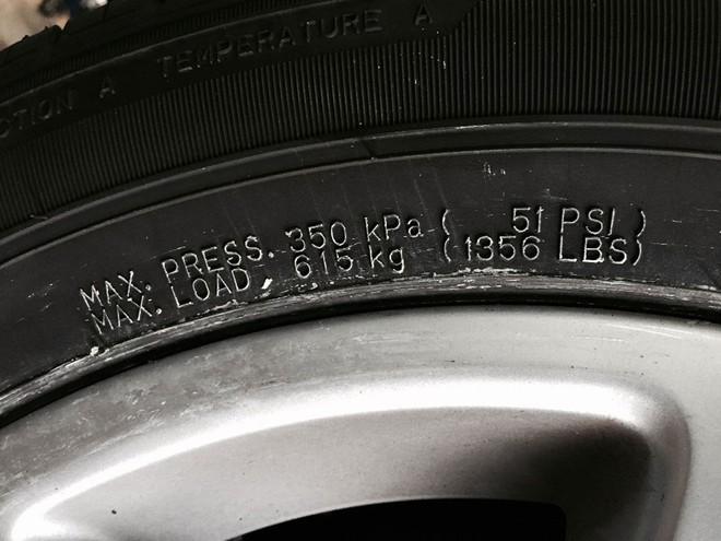 Mức áp suất ghi trên thành lốp mà mức tối đa lốp có thể chịu được. Ảnh minh họa. Nguồn: internet.