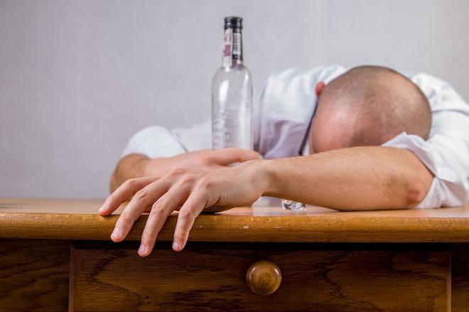 Sử dụng rượu quá mức thường dẫn tới ngộ độc, nôn mửa, thậm chí là tử vong.