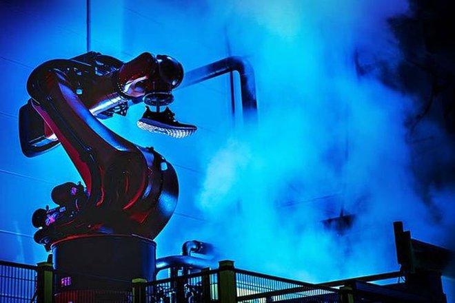 Một robot tại nhà máy mới của Adidas tại Đức.