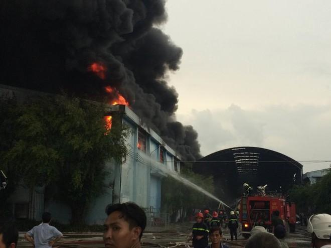 Đến 15g53, khói lửa vẫn cuồn cuộn - Ảnh: Lê Phan