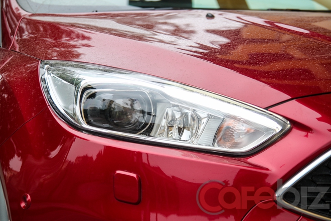 Projector cỡ lớn đẹp mắt hơn là một trong những thay đổi đáng giá về mặt ngoại hình của Ford Focus EcoBoost.