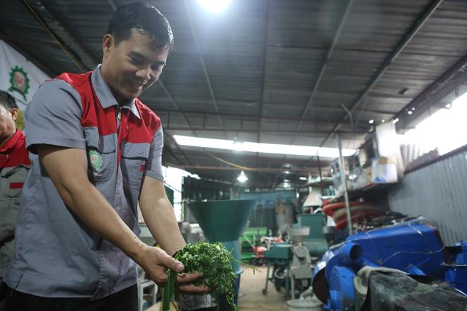 Từ con số 0 về cơ khí, anh Nguyễn Hải Châu đã chế tạo ra chiếc máy nghiền được bà con nông dân ưa thích. Ảnh: H.P.
