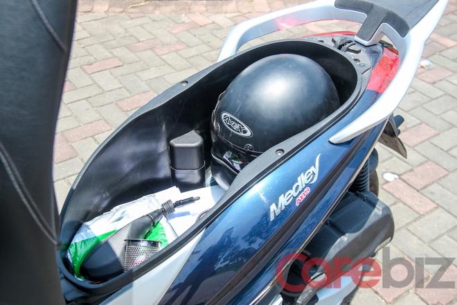 Cốp xe có thể chứa vừa 2 chiếc mũ bảo hiểm full-face.