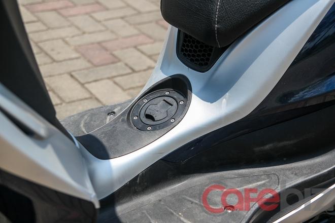Nắp bình xăng dưới chân khá tiện lợi, nhưng rất tiếc là sàn xe không phẳng, loại bỏ khả năng để đồ của vị trí này.