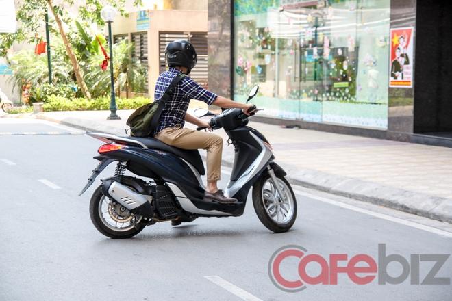 Điều khiển chiếc scooter của Piaggio trong thành phố hơi vất vả do mặt yên rộng và chiều cao mặt yên khá cao: 800 mm.