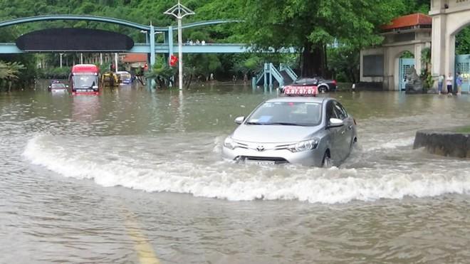 Mực nước khoảng 30 cm cũng đủ để gây nguy hiểm cho những chiếc sedan gầm thấp.