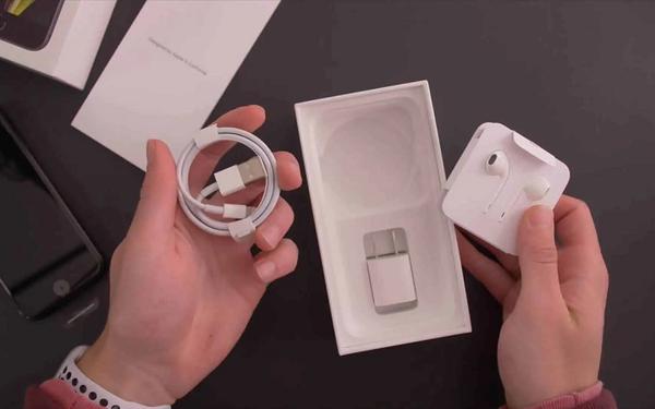"Samsung, Xiaomi đồng loạt ""cà khịa"" Apple sau màn ra mắt Iphone 12"
