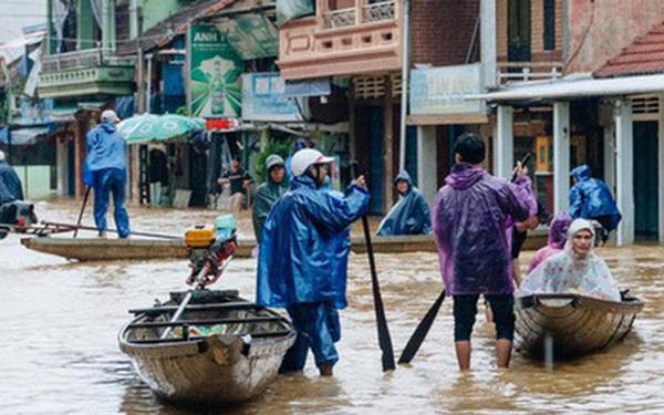 """Mất điện, nước lũ gây ngập nặng, người dân Huế kiệt sức: """"Chưa có năm nào khắc nghiệt như năm nay"""""""