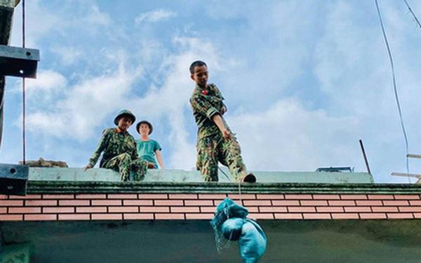"""[Ảnh] Xe cẩu tải chở thuyền đến nơi an toàn, công an, bộ đội giúp người Đà Nẵng chằng chống nhà cửa """"đón"""" bão số 9"""