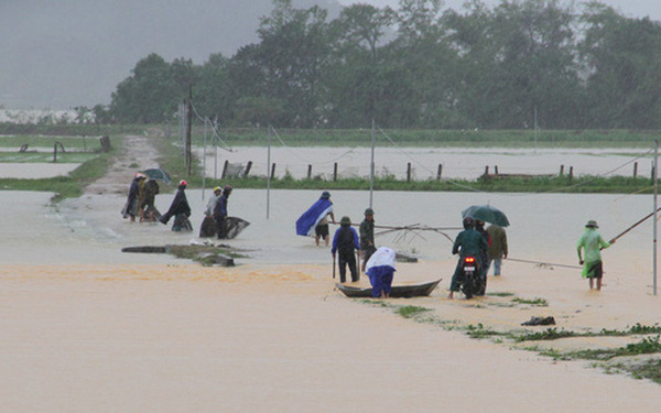 [Ảnh] Cận cảnh điểm sạt lở kinh hoàng chia cắt Quốc lộ 46, dân liều mình đứng giữa dòng lũ bắt cá ở Nghệ An