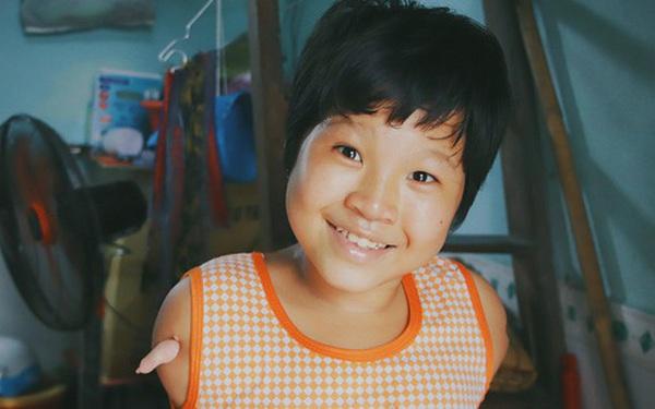 """Nghẹn lòng trước câu nói của cô bé """"chim cánh cụt"""" ở Sài Gòn: Bố mẹ không có thương con, giờ con chỉ có bà nội thôi..."""
