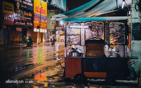 Tiệm mì 60 năm không ngủ của 3 thế hệ người Hoa ở Sài Gòn, mỗi đêm bán 600 vắt mì, 6kg hoành thánh, khách ra vào liên tục 3 người bán không xuể