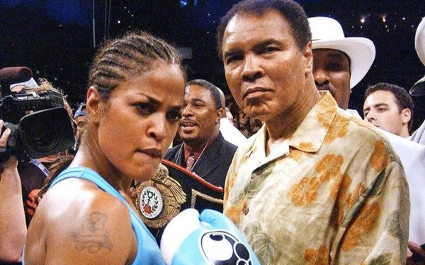 """Dạy con về tiền bạc và thành công, huyền thoại quyền anh Muhammad Ali: """"Không phải con có bao nhiêu tiền, hãy nghĩ những mục tiêu lớn hơn, xa hơn, rộng hơn..."""""""