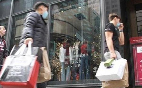 """Bất chấp dịch bệnh, người dân Mỹ vẫn chi """"mạnh tay"""" mùa mua sắm"""