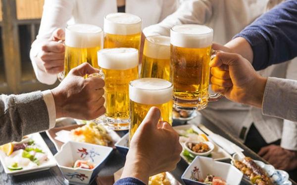 """Xin nghỉ việc vì sếp """"ép"""" đi tiếp khách, uống rượu bia quá nhiều, quyết định nữ nhân viên ngân hàng được CĐM ủng hộ nhiệt liệt"""