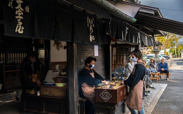 Bí quyết tồn tại qua hơn 1 thiên niên kỷ của tiệm bánh mochi nướng ở Nhật Bản: Suốt 1020 năm chỉ làm 1 sản phẩm duy nhất và cố gắng làm thật tốt!