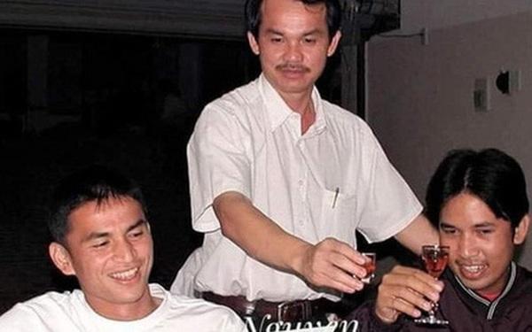 Phóng viên Thái Lan kể chuyện bầu Đức dạy Kiatisuk uống rượu kiểu Việt Nam