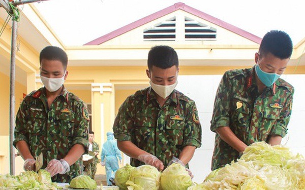 Ảnh: Các chiến sỹ Trung đoàn Pháo binh 58 tất bật chuẩn bị bữa ăn cho 300 công dân trong khu cách ly quân đội