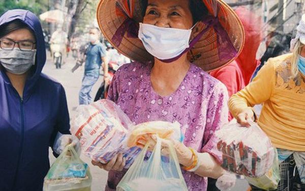 """Những """"người nghèo không cô đơn"""" trong ngày đầu cách ly toàn xã hội: Nơi phát cơm miễn phí, chỗ tặng quà giúp đỡ bà con"""
