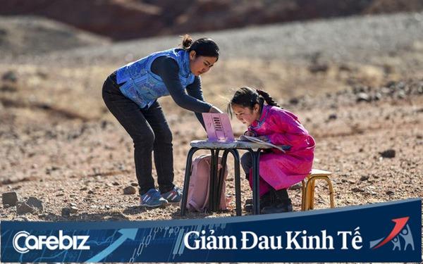 Lái xe đi khắp hoang mạc tìm sóng wifi cho con gái học trực tuyến trong những ngày dịch Covid-19: Vì con, cha mẹ sẽ làm tất cả!