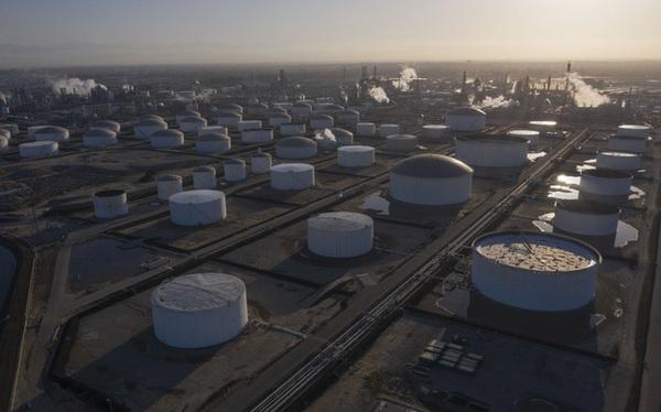 Bloomberg: Giá dầu hoàn toàn có thể về -100 USD/thùng trong tháng tới