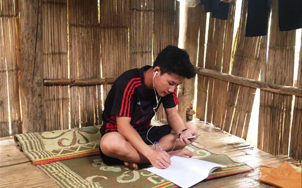 Dựng lán, đào củ kiếm tiền học trực tuyến trong mùa COVID-19