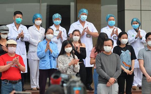 Ảnh: Bác sỹ Bệnh viện Nhiệt đới cùng 10 bệnh nhân khác được công bố khỏi bệnh Covid-19