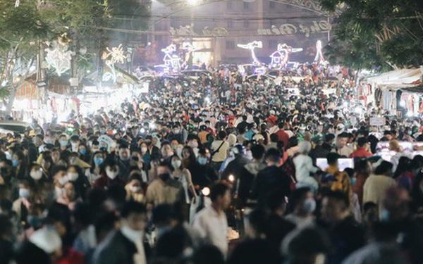 Chùm ảnh: Chợ đêm Đà Lạt đông kinh hoàng, khách du lịch ngồi la liệt để ăn uống dịp nghỉ lễ