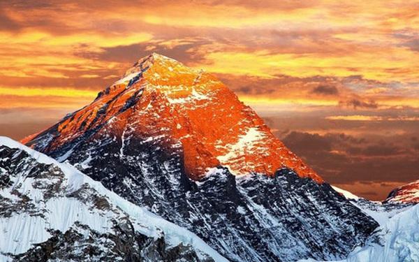 Truyền hình Trung Quốc nhận Everest là của mình, dân mạng Nepal đăng đàn đòi lại
