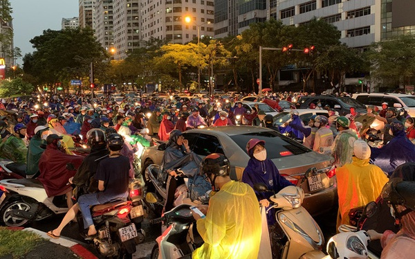 """Giờ tan tầm mưa giông xối xả, người Hà Nội vất vả tìm lối về nhà cùng """"đặc sản tắc đường"""""""