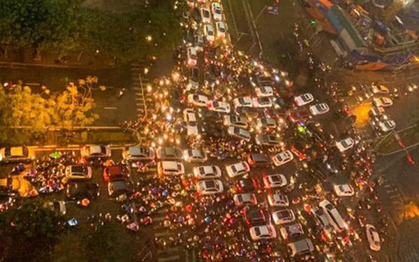 Loạt ảnh từ trên cao cho thấy đường phố Hà Nội hỗn loạn trong cơn mưa lớn vào giờ tan tầm, người dân chật vật tìm lối thoát