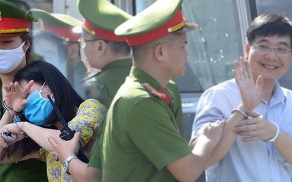Chùm ảnh: Kẻ khóc ngất, người vẫn cười tươi rồi liên tục giơ 2 ngón tay chào gia đình sau khi bị tuyên án vì gian lận điểm thi THPT ở Hòa Bình