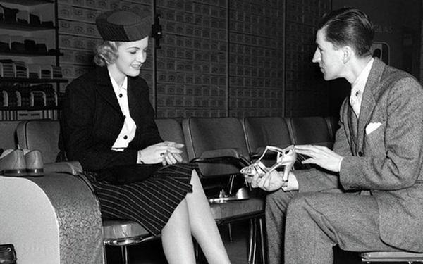 Nói với vị khách quá khổ 1 câu, người chủ vừa bán được giày, vừa giúp khách vui vẻ