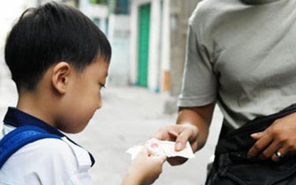 Biết con trai có thể đã bị kẻ gian lừa mất tiền, ông bố vẫn khen ngợi và lời giải thích đáng để suy ngẫm