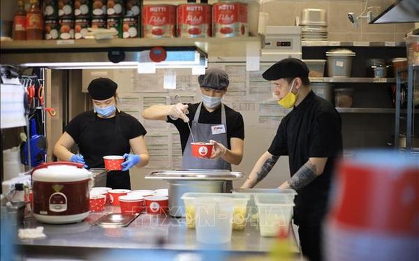 Quán ăn Việt 'ấm tình người'giữa đại dịch COVID-19 tại Nga