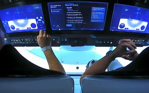 Điều khiển tàu vũ trụ SpaceX bằng màn hình cảm ứng dễ như thể đang chơi game trên máy tính bảng