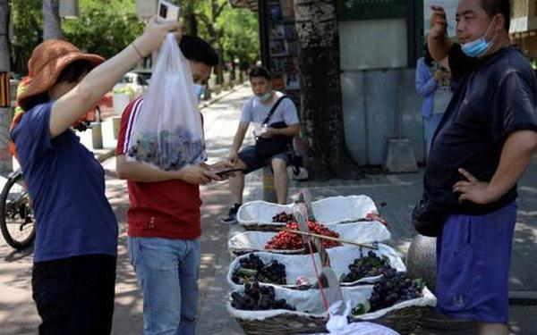 """Các thành phố đang biến """"gánh hàng rong"""" thành """"huyết mạch"""" kinh tế Trung Quốc như thế nào?"""