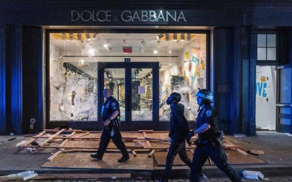 Hàng loạt cửa hàng xa xỉ bị cướp bóc, New York áp lệnh giới nghiêm từ 20h