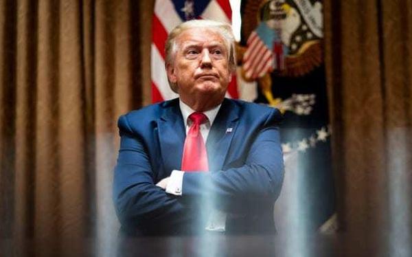 """Ông Trump cùng lúc bị """"tuýt còi"""" trên cả Facebook, Twitter"""