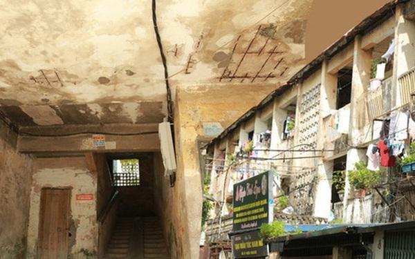 Ảnh: Hãi hùng cảnh khu tập thể xập xệ ở Hà Nội, ngói nằm lơ lửng khiến người dân nơm nớp lo sợ
