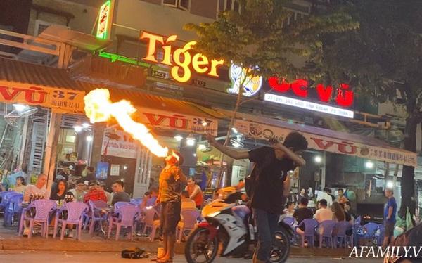 """Hai anh em đi phun lửa dầu hôi mưu sinh đêm Sài Gòn: """"Con chỉ muốn có đầy đủ ba mẹ thôi"""""""